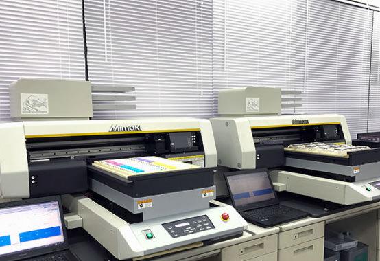 十数台の印刷機とスタッフが手作業で気持ちが伝わるよう、プリントいたします